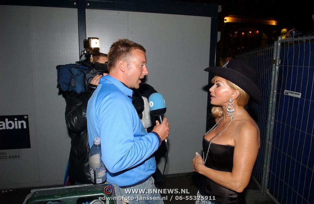 NLD/Amsterdam/20050806 - Gaypride 2005, optreden Vanessa, Conny word geinterviewd door Frank Awick van AT5
