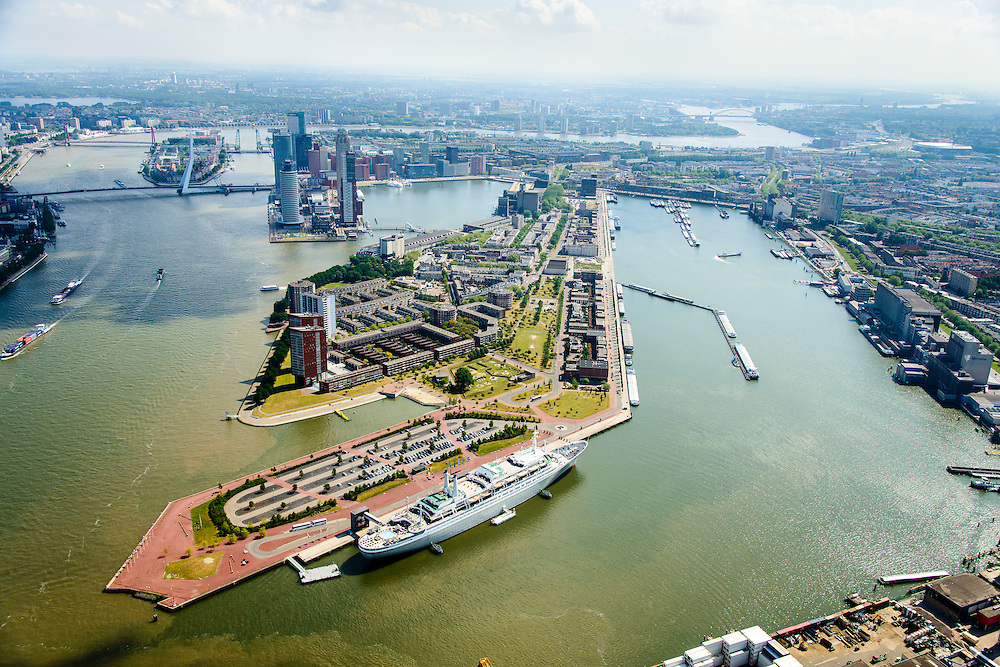 Nederland, Zuid-Holland, Gemeente Rotterdam, 10-06-2015; Katendrecht met Kaappark, rechts de Maashaven. In de voorgrond 3e Katendrechtse Hoofd met de ss Rotterdam (stoomschip Rotterdam), voormalige passagiersschip nu in gebruik als hotel. In de achtergrond Kop van Zuid met Wilhelminapier en Rijnhaven.<br /> Katendrecht peninsula, former port quarter. Steamship Rotterdam, former passenger liner, in the foreground.<br /> luchtfoto (toeslag op standard tarieven);<br /> aerial photo (additional fee required);<br /> copyright foto/photo Siebe Swart