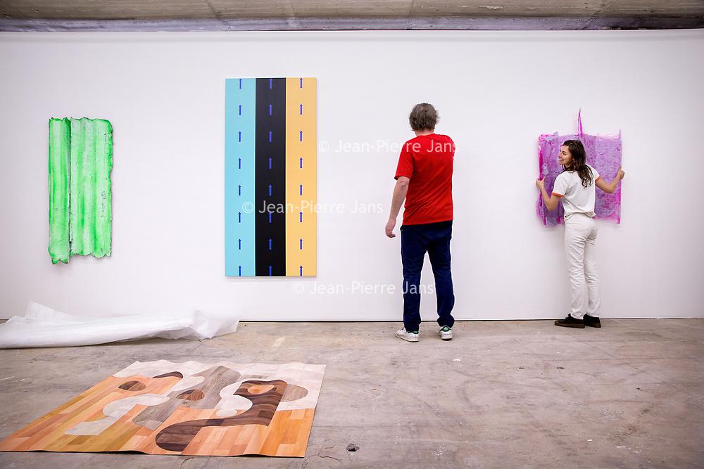 Nederland, Amsterdam, 15 mei 2017.<br />Amsterdam Art Fair is dé reizende kwaliteitsbeurs van hedendaagse kunst in Nederland voor liefhebber en verzamelaar. Na het succes van de eerste editie in de voormalige Citroëngarage (2015) en de tweede editie op het Museumplein (2016), opent Amsterdam Art Fair dit keer haar deuren in de Huidekoperstraat, om de hoek van De Nederlandsche Bank.<br /><br />Vanaf 17 mei nemen 50 van de beste galeries van Nederland hun intrek in deze tijdelijke locatie, voor de gelegenheid omgedoopt tot Kunsthal Koper, om 5 dagen lang de nieuwste werken te tonen van de meest spraakmakende kunstenaars van dit moment.<br />Op de foto: De stand van gallerie van Martin van Zomeren wordt ingericht met kunstwerken.<br /><br /><br /><br />Foto: Jean-Pierre Jans