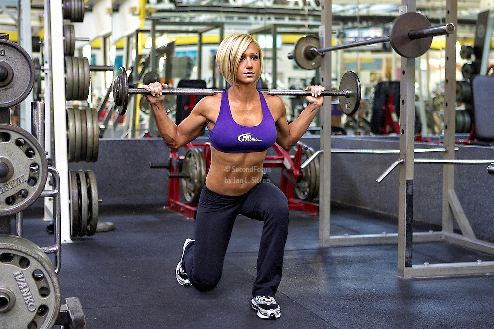 Jamie Eason doing walking lunges in the gym
