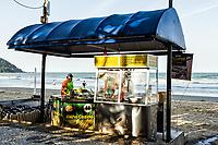 Barraca para venda de milho e churros na Praia Central. Balneário Camboriú, Santa Catarina, Brasil. / Food stall at Central Beach. Balneario Camboriu, Santa Catarina, Brazil.