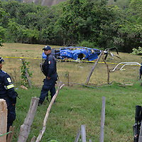 Sultepec, México.- Un helicoptero se desplomó la tarde de ayer presuntamente despues de recibir disparos por parte de policías estatales cuando despegó de la comunidad Rincón de Cristo con tres mujeres de la tercera edad y una joven que las cuidaba para trasladarlas a un hospital de la ciudad de Toluca para recibir atención médica; el piloto murió en el lugar. Agencia MVT / Mario Vázquez de la Torre.
