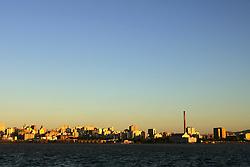 Cidade de Porto Alegre com a Usina do Gasômetro e o Armazém do Porto visto a partir da Ilha da Pintada.FOTO: Jefferson Bernardes/Preview.com