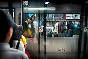 Hong Kong, China - Crowds inside The Mass Transit Railway (MTR)  during morning rush hour on 04 May, 2018. The Hong Kong Metro, which opened in 1979. Today, there are eleven metro lines, 159 stations and 174 km of tracks in operation, making it the longest network in China, exceeding even the Shangai Metro.Hong Kong, Chine - Foule à l'intérieur du Mass Transit Railway (MTR) pendant l'heure de pointe du matin du 04 mai 2018. Le métro de Hong Kong, qui a ouvert ses portes en 1979. Aujourd'hui, onze lignes de métro, 159 stations et 174 km de voies sont en service, ce qui en fait le plus long réseau de Chine, dépassant même celui de Shangai.