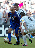 FOOTBALL - CONFEDERATIONS CUP 2003 - GROUP A - 1ST ROUND - NEW ZEALAND v JAPAN- 030618 - NAOHIRO TAKAHARA (JAP) / IVAN VICELICH / CHRIS ZORICICH (NZ)  - PHOTO STEPHANE MANTEY / DIGITALSPORT