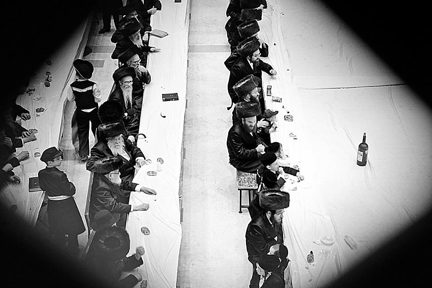 Il pane, o il simbolo della manna che D-o ci ha donato, ed il vino, come simbolo del frutto divino della terra sono gli unici elementi sempre presenti in qualsiasi festivita` ebraica in cui si celebri qualcosa.  Purim nello specifico e` la festivita` piu` giogiosa di tutte, si ricorda infatti come Esther e Mordecai hanno impedito ad Haman di uccidere il popolo ebraico in Persia.  A New Square, e` un riutale giornaliero assistera alle berachot, benedizioni, di questo ciboe bevanda da parte del Rebbe. Ogni seguacio cerca di farlo prima di sedersi a tavola con la propria famiglia.