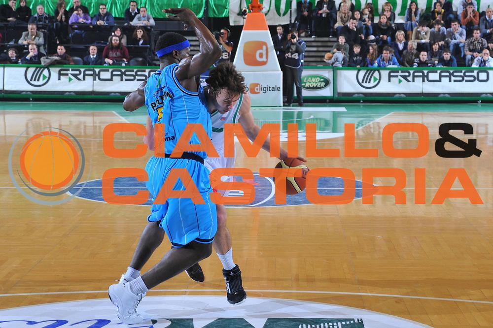 DESCRIZIONE : Treviso Lega A 2009-10 Basket Benetton Treviso Vanoli Cremona<br /> GIOCATORE : Donatas Motiejunas<br /> SQUADRA : Benetton Treviso<br /> EVENTO : Campionato Lega A 2009-2010<br /> GARA : Benetton Treviso Vanoli Cremona<br /> DATA : 14/03/2010<br /> CATEGORIA : Palleggio<br /> SPORT : Pallacanestro<br /> AUTORE : Agenzia Ciamillo-Castoria/M.Gregolin<br /> Galleria : Lega Basket A 2009-2010 <br /> Fotonotizia : Treviso Campionato Italiano Lega A 2009-2010 Benetton Treviso Vanoli Cremona<br /> Predefinita :