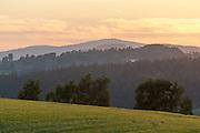 Landschaft bei Kreuzberg bei Sonnenuntergang, Bayerischer Wald, Bayern, Deutschland | landscape near Kreuzberg in background at sunset, Bavarian Forest, Bavaria, Germany