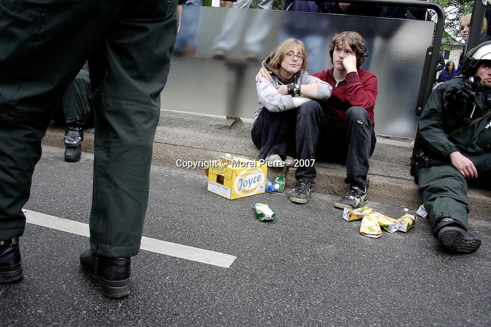 4 Juin - Périphérie de Rostock : Les autorités bloquent la manifestation pour la liberté de circuler dans le monde. Manifestants et policiers attendent plusieurs heures, côte à côte. La manifestation partira en fin de journée.