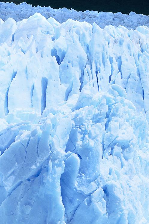 Situe dans le Parc National Los Glaciares ( region de El Calafate ), le glacier Perito Moreno occupe 5000 Mts de front et 60 m de hauteur. La glace est bleue, car elle provient du fond du glacier et a ete fortement compressee.  Le parc national de Los Glaciares a ete cree en 1937. Il occupe 600000 hectares et compte 356 glaciers . En 1981, il a ete declare Patrimoine Naturel de l'humanite par l?esco afin de preserver ses grandes masses de glace, temoignage de l?e quaternaire.