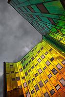 Deventer L'Arc en Ciel. Aan de binnenkant van het gebouw van I'M Architecten (2004), is de gevel van spiegelend glas. De kleur verandert met de kijkhoek. Van groen tot oranje.