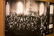 """Utstillingen """"Nettverksbyggeren – Elsa Laula Renberg"""", Vefsn Museum, Jacobsenbrygga (Sjøgata 31b, Mosjøen) T.o.m. april 2018. Sørsamekvinnen Elsa Laula Renberg var lederen for Brurskanken samiske kvindeforening som i 1916 tok initiativet til det første landsmøtet for samer i Trondheim i 1917. I utstillingen presenterer vi henne som person og viser det iherdige nettverksarbeidet hun nedla for samisk organisering for 100år siden. Vi synes også det er viktig å vise denne utstillingen i Vefsn ettersom det var i dette området hun ble født, levde med sin familie, og til slutt ble gravlagt.<br /> Har også produsert en vandreutgave av denne utstillingen. Vefsn Museum er en del av Helgeland Museum, som har avdelinger i alle 18 helgelandskommuner. Elsa Kristina Laula Renberg (født 29. november 1877 i Storsele nær Vilhelmina, død 22. juli 1931 i Brønnøy) var en svensk-norsk sørsamisk reineier, organisasjonsbygger, aktivist og politiker. For sin rolle under Samemøtet i 1917 regnes hun som en viktig foregangsperson i kampen for samenes rettigheter. Hun var også med på å stifte verdens første sameforening – Lapparnas Centralförbund – i Stockholm i 1904. Blant hennes kampsaker var retten til undervisning på samisk i skolen. I hennes tid som samepolitiker i Sverige var et hovedtema at samene burde ha eiendomsrett til sine skatteland og ha rett til å drive fastboende jordbruk, dertil også spørsmålet om stemmerett uavhengig av eiendom og inntekt. I Norge kjempet hun for at den tradisjonelle samiske, nomadiske reindriftskulturen – melkebruksreindrift – fremdeles skulle få levelige vilkår. Foreldrene Lars Thomasson Laula (1846–1899) og Kristina Josefina Larsdotter (1847–1912) var reindriftssamer og småbrukere i grensetraktene mellom Hattfjelldal i Nordland og Vilhelmina i Sverige. Elsa vokste opp i Såafoe ved Dikanäs, og gikk på Lappemissionens internatskole i Bäsksele ved Vilhelmina, antagelig i tre år, og trolig med Johan Daniel Lindbom som"""