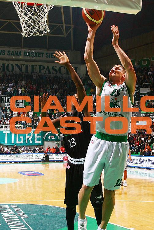 DESCRIZIONE : Siena Lega A1 2006-07 Montepaschi Siena VidiVici Virtus Bologna<br /> GIOCATORE : Kaukenas<br /> SQUADRA : Montepaschi Siena<br /> EVENTO : Campionato Lega A1 2006-2007 <br /> GARA : Montepaschi Siena VidiVici Virtus Bologna<br /> DATA : 25/11/2006 <br /> CATEGORIA : tiro<br /> SPORT : Pallacanestro <br /> AUTORE : Agenzia Ciamillo-Castoria/G.Livaldi