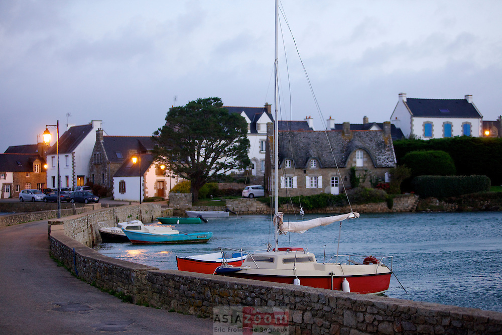 Le jour se l&egrave;ve sur Saint Cado dans la ria d'Etel, Morbihan<br /> La petite &icirc;le de Saint-Cado est reli&eacute;e &agrave; la terre par un pont en pierre. Elle offre un joli point de vue sur la ria d'Etel. On peut d&eacute;couvrir une chapelle romane au portail du XVIe si&egrave;cle ainsi que son calvaire (1832). Sa petite fontaine (XVIIIe), en contrebas, est r&eacute;guli&egrave;rement submerg&eacute;e par la mar&eacute;e.