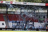 FODBOLD: Fans fra FC Helsingør jubler da spillerne løber på banen før kampen i NordicBet Ligaen mellem Vejle Boldklub og FC Helsingør den 21. maj 2017 på Vejle Stadion. Foto: Claus Birch