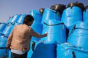Dr. Shinzo Kimura mäter radioaktivitet vid säckar med radioaktiv jord i byn Shidamyo. Fukushima Prefektur, Japan