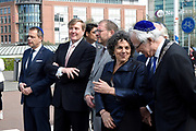 Koning Willem Alexander bij opening Joden en het Huis van Oranje in de Portugese Synagoge en Joods Historisch Museum<br /> <br /> King Willem Alexander at opening Jews and the House of Orange in the Portuguese Synagogue and Jewish Historical Museum<br /> <br /> Op de foto / On the photo: <br /> <br />  Koning Willem Alexander steekt de weg over vanaf de Portugese Synagoge naar het Joods Historisch Museum<br /> <br /> King Willem Alexander crosses the road from the Portuguese Synagogue to the Jewish Historical Museum