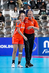 06-12-2019 JAP: Norway - Netherlands, Kumamoto<br /> Last match groep A at 24th IHF Women's Handball World Championship. / The Dutch handball players won in an exciting game of fear gegner Norway and wrote in the last group match at the World Handball  World Championship history (30-28). / Debbie Bont #7 of Netherlands, Assistent Coach Harrie Weerman of Netherlands