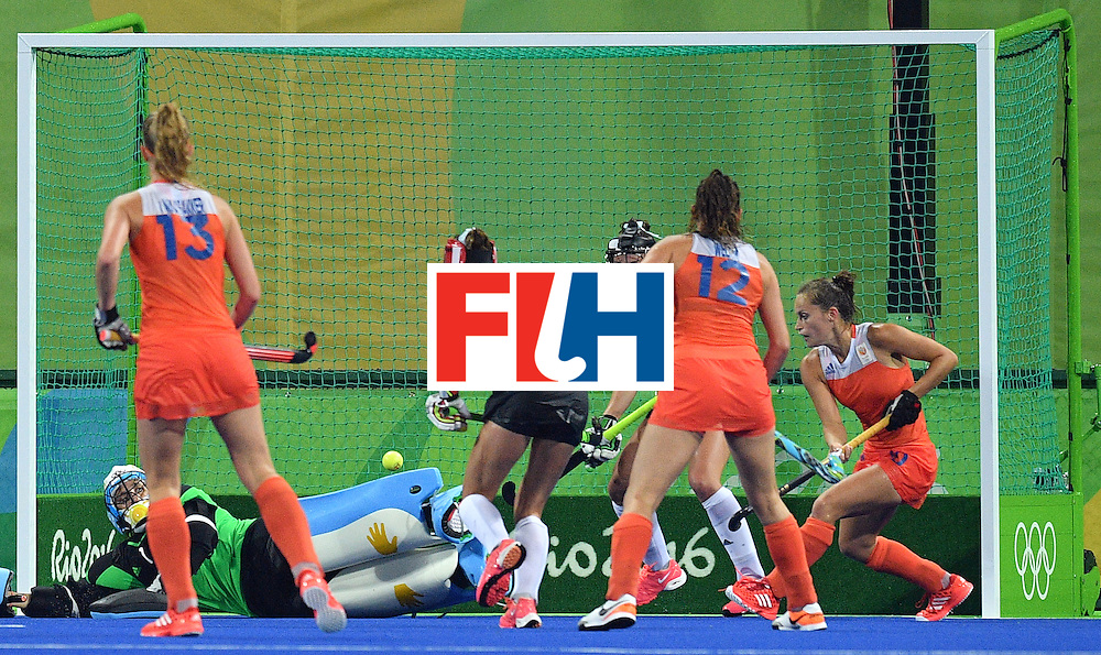 Netherland's Kelly Jonker (R) scores a goal during the women's quarterfinal field hockey Netherland vs Argentina match of the Rio 2016 Olympics Games at the Olympic Hockey Centre in Rio de Janeiro on August 15, 2016.  / AFP / Carl DE SOUZA        (Photo credit should read CARL DE SOUZA/AFP/Getty Images)