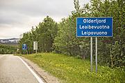 Nye vegskilt for stedsnavn. I Finnmark er det ofte tre utgaver av stedsnavnet. Her Olderfjord på norsk, samisk og kvensk.