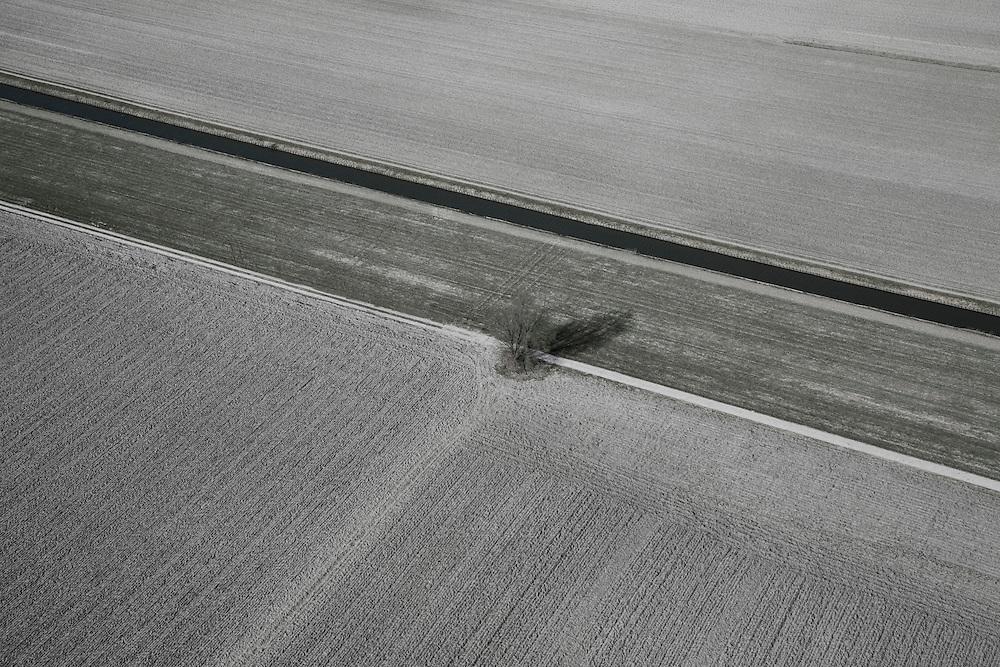 Nederland, Zuid-Holland, Boskoop, 04-03-2008; Droogmakerij Polder Achterof, winterse akkers liggen er kaal bij; eenzame boom, voren, voor, ploegen, ploeg, aarde.luchtfoto (toeslag); aerial photo (additional fee required); .foto Siebe Swart / photo Siebe Swart