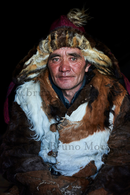 Mongolie, province de Bayan-Olgii, Elik Hamchvai, chasseur à l'aigle Kazakh, en tenue de chasseur // Mongolia, Bayan-Olgii province, Elik Hamchvai, Kazakh eagle hunter, in hunter's dress