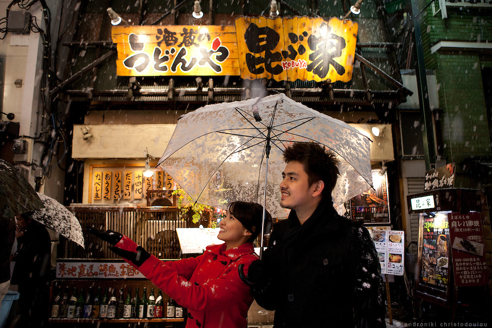 Ben and Winnie came from Singapore to Tokyo for a pre-wedding trip and enjoyed the sudden snowfall, an experience they cannot have in their country.