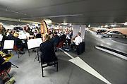 Nederland, The Netherlands, 16-7-2016 Recreatie, ontspanning, cultuur, dans, theater en muziek in de binnenstad. Onlosmakelijk met de vierdaagse, 4daagse, zijn in Nijmegen de vierdaagse feesten, de zomerfeesten. Talrijke podia staat een keur aan artiesten, voor elk wat wils. Een week lang elke avond komen ruim honderdduizend bezoekers naar de stad. De politie heeft inmiddels grote ervaring met het spreiden van de mensen, het zgn. crowd control. De vierdaagsefeesten zijn het grootste evenement van Nederland en verbonden met de wandelvierdaagse. Klassiek concert in een parkeergarage Foto: Flip Franssen