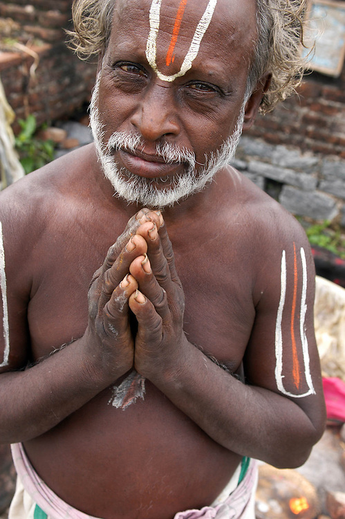 INDE<br /> Pr&ecirc;tre hindou (Vishnu) d'un lieu de culte dans la campagne &agrave; proximit&eacute; d'un village d'Intouchables, Kalarpuram (Tamil Nadu).