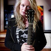 Nederland, Amersfoort , 17 juli 2012..Sanne Hans, alias Miss Montreal..Miss Montreal (echte naam Roos-Anne (Sanne) Hans) (Dedemsvaart[1], 22 september 1984), is een Nederlands singer-songwriter die zichzelf begeleidt op gitaar. Haar begeleidingsband bestaat verder uit Kobus Groen (basgitaar, achtergrondzang), Michi Schwiemann (gitaar), Thijs Rensink (drums) en Peter Hendriks (toetsen)..Foto:Jean-Pierre Jans