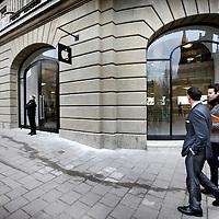 Nederland, Amsterdam , 1 maart 2012..De Apple Store in Amsterdam is de grootste Apple Store ter wereld als het gaat om het aantal producten dat erin staat uitgestald. Dat stelt Apple over de winkel die zaterdagochtend 3 maart wordt geopend. .Op de foto de nieuwe Apple Store op het Leidscheplein..Foto:Jean-Pierre Jans