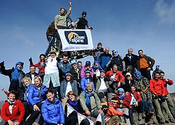 23-09-2010 ALGEMEEN: ATLAS CHALLENGE: TOUBKAL<br /> Vanaf Refuge de Toubkal vandaag de dag naar de top van Jbel Toubkal 4167 meter hoog / Topfoto met Lowe Alpine vlag<br /> ©2010-WWW.FOTOHOOGENDOORN.NL