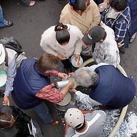 Pachuca, Hgo.- Productores de Leche del estado de Hidalgo y de la Asociación Nacional en Defensa de las Vacas Lecheras, protestan regalando miles de litros de leche frente a las oficinas de la Delegacion de Economia en Pachuca, contra las formulas lacteas. Agencia MVT / J. Jorge Sanchez. (DIGITAL)<br /> <br /> NO ARCHIVAR - NO ARCHIVE