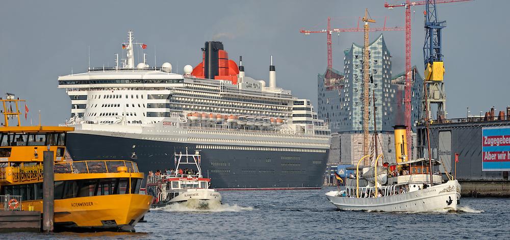 Queen Mary II und Dampfschiff Schaarhörn vor der Elbphilharmonie bei der Ausfahrt aus dem Hafen.