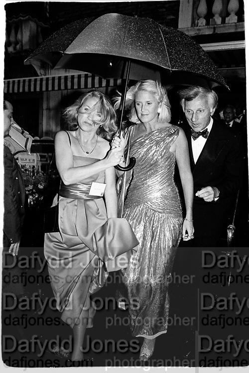 Arriving for the. Save Venice Ball. Venice. 1991. © Copyright Photograph by Dafydd Jones 66 Stockwell Park Rd. London SW9 0DA Tel 020 7733 0108 www.dafjones.com