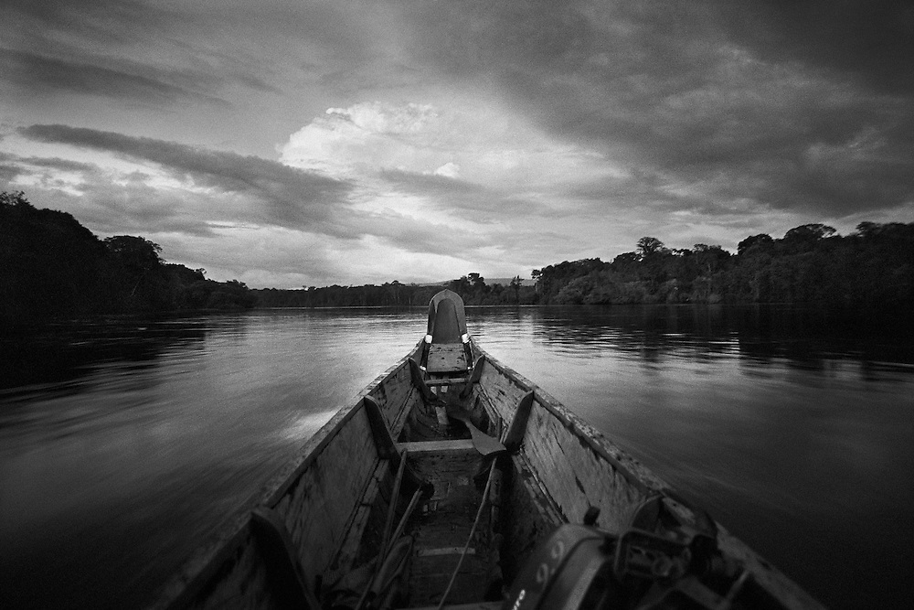 French guyana, maroni.<br /> <br /> Depuis sa colonisation, la Guyane vit au rythme de l&rsquo;or. En 1946, la r&eacute;gion devient sans grand bouleversement departement d'Outre-mer. <br /> Enclavee dans le continent sud americain, la Guyane francaise est separee a l&rsquo;Ouest par le Maroni du Surinam et elle partage 580 Km de frontiere avec le Bresil au Sud et a l&rsquo;Est, le long du fleuve Oyapock. Avec 10000 &agrave; 15000 reconduites a la frontiere par an, ce departement fait figure d&rsquo;eldorado dans le bassin amazonien.