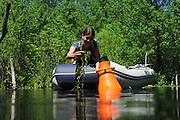 Sabine Hilt (Expertin für submerse Makrophyten) betrachtet und sammelt Wasserpflanzen und Ufervegetation. Der Trichter ist ein Aquascope, man kann mit ihm besser in das Wasser schauen. In der Hand hält sie Wasserhahnenfuß.