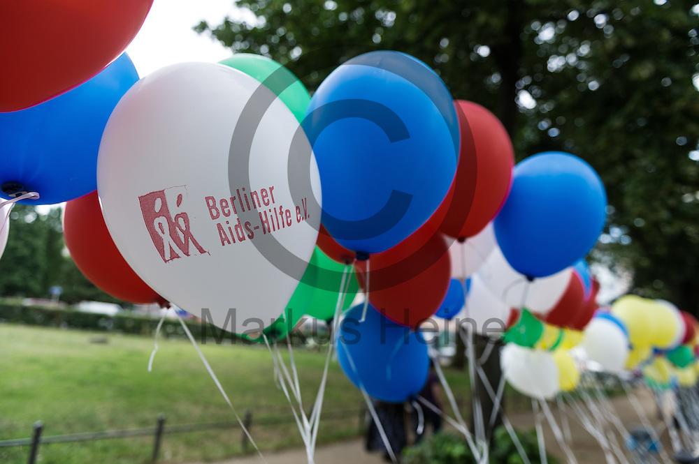Ein Luftballon der Berliner Aids-Hilfe e.V. schwebt w&auml;hrend dem Internationaler Gedenktag f&uuml;r verstorbene Drogengebraucher_innen am 21.07.2016 in Berlin, Deutschland zwischen anderen Luftballons. An dem internationalen Gedenktag wird Weltweit an die Drogentoten gedacht und Informiert. Foto: Markus Heine / heineimaging<br /> <br /> ------------------------------<br /> <br /> Ver&ouml;ffentlichung nur mit Fotografennennung, sowie gegen Honorar und Belegexemplar.<br /> <br /> Bankverbindung:<br /> IBAN: DE65660908000004437497<br /> BIC CODE: GENODE61BBB<br /> Badische Beamten Bank Karlsruhe<br /> <br /> USt-IdNr: DE291853306<br /> <br /> Please note:<br /> All rights reserved! Don't publish without copyright!<br /> <br /> Stand: 07.2016<br /> <br /> ------------------------------