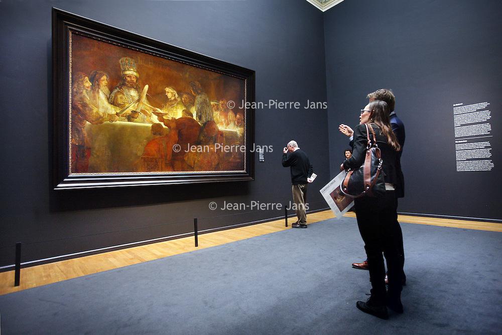 Nederland, Amsterdam , 21 maart 2014.<br /> De samenzwering van de Bataven onder Claudius Civilis van Rembrandt hangt in de erezaal van het Rijksmuseum.<br /> n 1661 maakte Rembrandt van Rijn, in opdracht van het Amsterdamse stadsbestuur, het schilderij De samenzwering van de Bataven onder Claudius Civilis. Het doek, dat eigendom is van de Koninklijke Zweedse Academie voor Schone Kunsten, is binnenkort tijdelijk in Nederland te zien.<br /> Vanaf 21 maart is het meesterwerk te zien op de Eregalerij van het Rijksmuseum.<br /> The Conspiracy of the Batavians under Claudius Civilis by Rembrandt in the hall of honor of the Rijksmuseum, on temporary loan.<br /> Foto:Jean-Pierre Jans