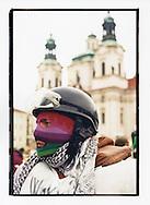 Manifestazioni contro il summit del Fondo Monetario Internazionale e della Banca Mondiale. Praga, settembre 2000. Tuta bianca.