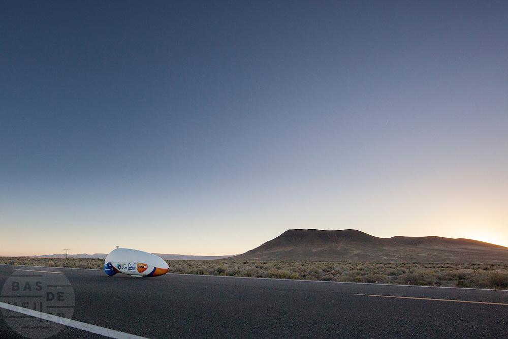 De VeloX4 is onderweg tijdens de derde racedag. In Battle Mountain (Nevada) wordt ieder jaar de World Human Powered Speed Challenge gehouden. Tijdens deze wedstrijd wordt geprobeerd zo hard mogelijk te fietsen op pure menskracht. Ze halen snelheden tot 133 km/h. De deelnemers bestaan zowel uit teams van universiteiten als uit hobbyisten. Met de gestroomlijnde fietsen willen ze laten zien wat mogelijk is met menskracht. De speciale ligfietsen kunnen gezien worden als de Formule 1 van het fietsen. De kennis die wordt opgedaan wordt ook gebruikt om duurzaam vervoer verder te ontwikkelen.<br /> <br /> The VeloX4 is on its way at the third racing day. In Battle Mountain (Nevada) each year the World Human Powered Speed Challenge is held. During this race they try to ride on pure manpower as hard as possible. Speeds up to 133 km/h are reached. The participants consist of both teams from universities and from hobbyists. With the sleek bikes they want to show what is possible with human power. The special recumbent bicycles can be seen as the Formula 1 of the bicycle. The knowledge gained is also used to develop sustainable transport.