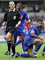 Fotball<br /> England 2004/05<br /> Championship<br /> Millwall v Nottingham Forest<br /> 3. oktober 2004<br /> Foto: Digitalsport<br /> NORWAY ONLY<br /> The Ref looks to the lines man for advice on a descision as Millwall's Marvin Elliott appeals to him after a tackle