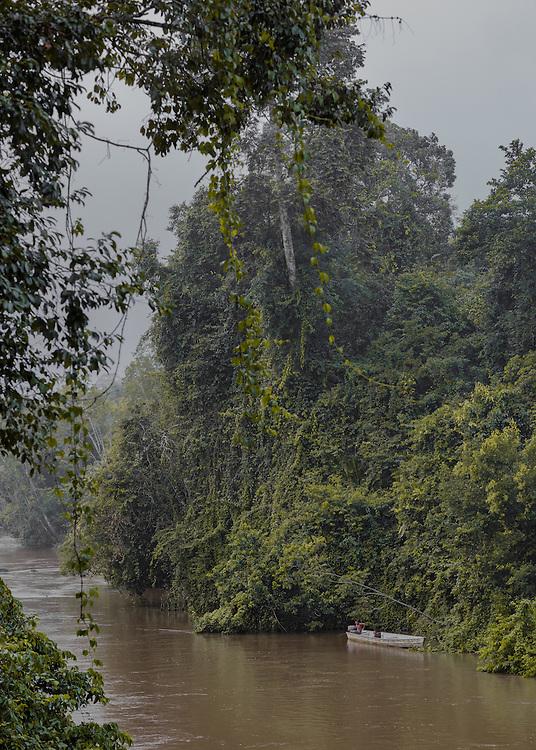 Trois-Sauts, janvier 2015.<br /> <br /> &Eacute;tendue sur 10 030 km&sup2;, la commune am&eacute;rindienne de Camopi est compos&eacute;e de 1 623 habitants r&eacute;partis en plusieurs zones de vie : le bourg et ses &eacute;carts le long de la rivi&egrave;re Camopi,  Trois-Sauts et ses villages, &agrave; l&rsquo;extr&ecirc;me sud de la Guyane le long de l&rsquo;Oyapock, face au Suriname. L'autorisation pr&eacute;fectorale n&eacute;cessaire pour se rendre dans cette zone r&eacute;serv&eacute;e depuis 1970 a  &eacute;t&eacute;  supprim&eacute;e  en  juin  2013 pour acc&eacute;der au bourg de Camopi mais reste obligatoire pour remonter l&rsquo;Oyapock jusqu'&agrave; Trois-Sauts. Plus de 600 am&eacute;rindiens Way&atilde;mpi y vivent dans des villages accessibles uniquement par voie fluviale, aucune route ne les reliant au reste du d&eacute;partement. Les populations am&eacute;rindiennes vivent au sein de communaut&eacute;s selon des r&egrave;gles coutumi&egrave;res qui leur sont propres et la limite frontali&egrave;re d&eacute;limit&eacute;e par le fleuve Oyapock qu&rsquo;ils traversent sans cesse reste artificielle.