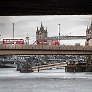 I luoghi dell'attentato a Londra presidisti dalla polizia e dalle troupe delle televisioni internazionali. Autobus fermi sul London Bridge dopo l'attentato<br /> <br /> The area of Saturday's attack in London under the police's control and the international televisions.Buses stuck on London Bridge after the attack.