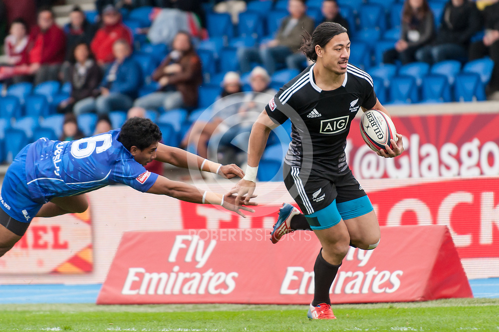 New Zealand's Ben Lam evade the tackle of Samoa's Sani Niue to score a try. Action from the IRB Emirates Airline Glasgow 7s at Scotstoun in Glasgow. 3 May 2014. (c) Paul J Roberts / Sportpix.org.uk