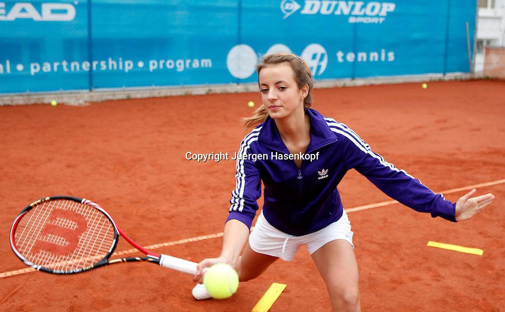 BTV Tennis Internat in der TennisBase in Oberhaching/Muenchen,.Nachwuchsspieler,Junioren,Talente,junge Spielerin trainiert .Vorhandvolley,Training,Halbkoerper,Querformat,Technik,