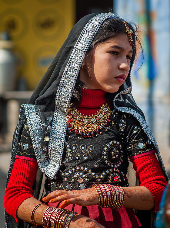 Young girl in colorful sari in Bundi (India)