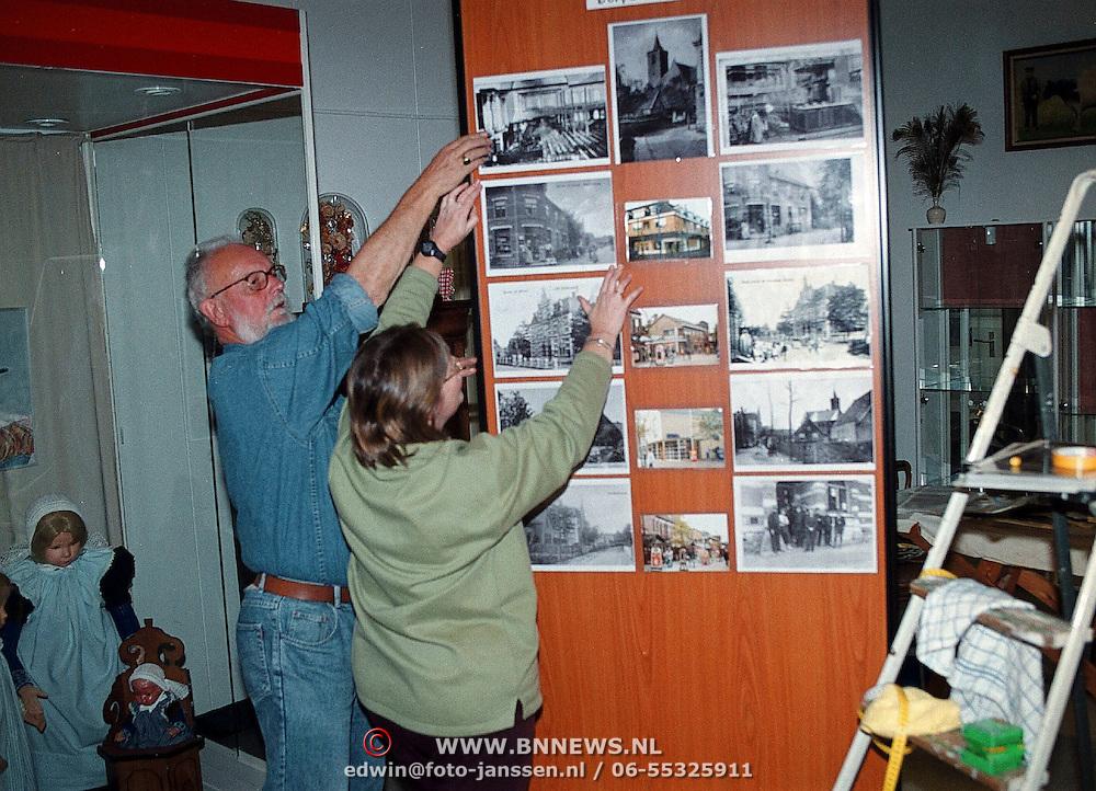 Opbouw nieuwe expositie Huizer Klederdrachtmuseum Huizen