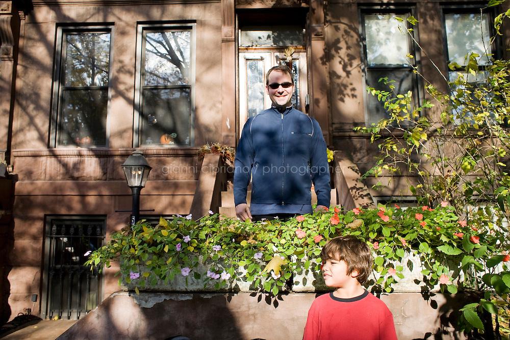 9 Novembre, 2008. Brooklyn, New York.<br /> <br /> Scott Mezzo e suo figlio Thomas, 7 anni, fanno giardinaggio davanti all'entrata della loro abitazione a Park Slope, Brooklyn, NY. Park Slope, spesso definito dai newyorkesi come &quot;The Slope&quot;, &egrave; un quartiere nella zona ovest di Brooklyn, New York, e confinante con Prospect Park.  Park Slope &egrave; un quartiere benestante che ha il maggior numero di nascite, la qualit&agrave; della vita pi&ugrave; alta e principalmente abitato da una classe media di razza bianca. Per questi motivi molte giovani coppie e famiglie decidono di trasferirsi dalle altre municipalit&agrave; di New York a Park Slope. Dal punto di vista architettonico, il quartiere &egrave; caratterizzato dai brownstones, un tipo di costruzione molto frequente a New York, e da Prospect Park.<br /> <br /> &copy;2008 Gianni Cipriano for The New York Times<br /> cell. +1 646 465 2168 (USA)<br /> cell. +1 328 567 7923 (Italy)<br /> gianni@giannicipriano.com<br /> www.giannicipriano.com