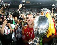 FUSSBALL EUROPAMEISTERSCHAFT 2008 Finale    Deutschland - Spanien    29.06.2008 Santi Cazorla (Spanien) praesentiert den EM Pokal nach dem 1:0 Sieg.